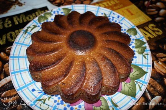 Когда пирог остынет, выкладывайте на блюдо и нарезайте.