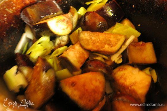Параллельно готовим овощи, все тушим с небольшим количеством воды. Сперва обжариваем баклажаны, потом перец и лук.
