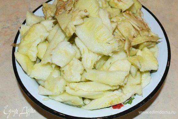 Подготовим начинку. Все, что отложили от баклажанов и кабачков, нарезать. Зелень и лук мелко нарезать.