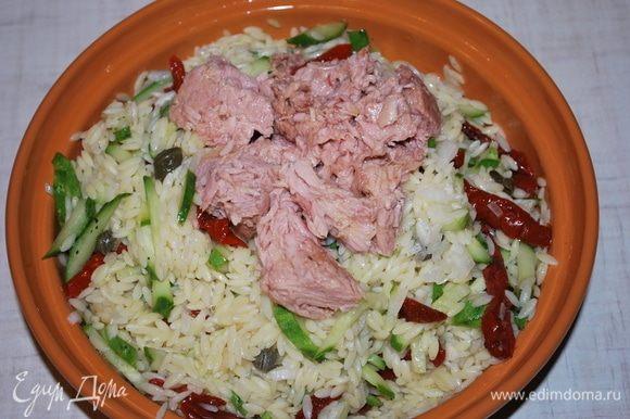 Сверху выложим тунец кусочками ТМ «Магуро», все перемешаем, сбрызнем соком лайма. Приправим черным перцем и свежим базиликом. Попробуем салат, чтобы понять, нужно добавить соль или нет.