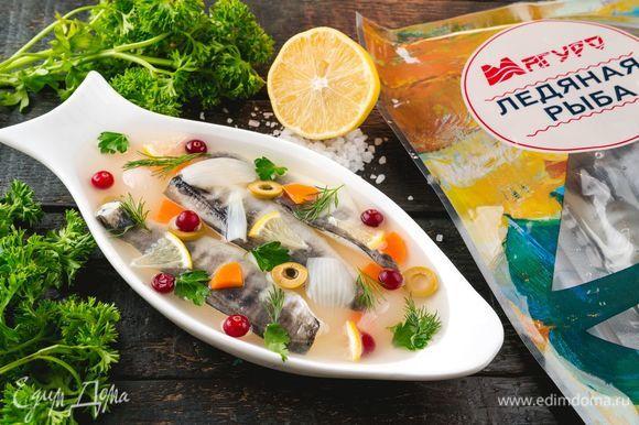 Поставьте в холодильник для застывания на 6-8 часов. Заливное для новогоднего стола готово. Приятного аппетита!