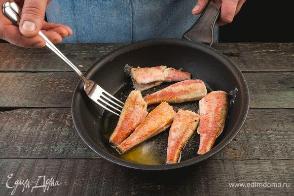 Обжарьте рыбу на растительном масле до появления золотистой корочки.