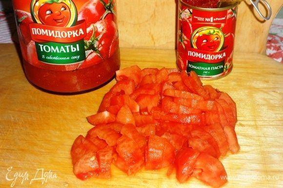 Свежие помидоры обдать кипятком, снять с них кожицу и нарезать кусочками. Томаты в собственном соку ТМ «Помидорка» очистить от кожицы и измельчить. Открыть банку томатной пасты ТМ «Помидорка».