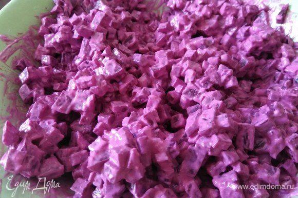 Перемешиваем до однородного пурпурного цвета, пробуем на соль-перец, накрываем пленкой и также отправляем в холодильник настаиваться. Соус этот можно приготовить заранее и хранить в течение 2-х дней, он чудесно впишется к любому мясу.