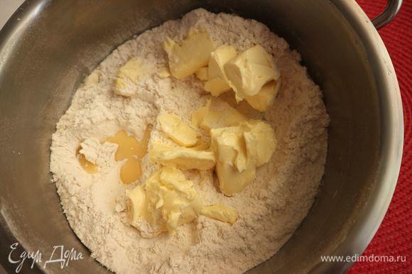 Добавить к муке масло, яично-молочную смесь, перемешать руками аккуратно, втирая масло в муку, смешивать недолго, легкими движениями до однородного состояния. Если вы будете смешивать долго, готовое тесто потеряет нежность.