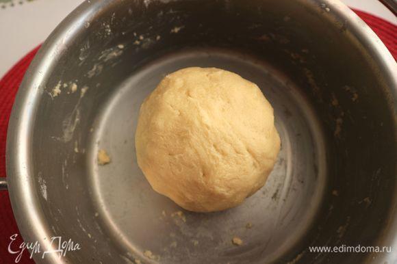 Скатать тесто в шар, завернуть в пленку, убрать в холодильник на 1 час.