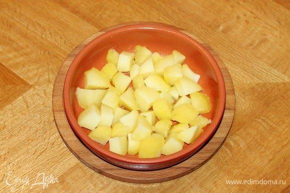 Форму для запекания смазать растительным маслом и выложить картофель.
