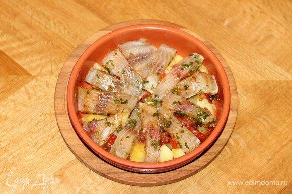 Затем разложить кусочки рыбы вместе с маринадом.