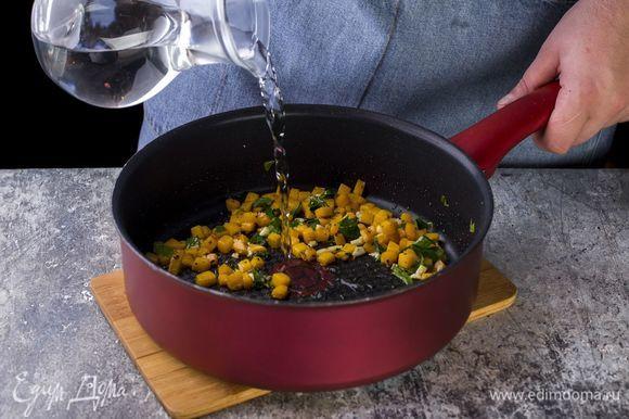 Немного потомите на огне, затем добавьте 100 мл воды (желательно, той, в которой варилась паста) и тушите тыкву на среднем огне до мягкости.
