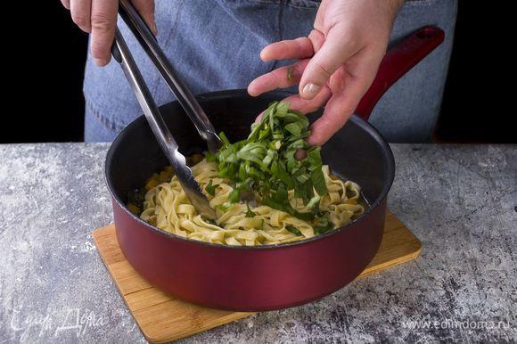 Выложите готовую пасту в сотейник, добавьте базилик, перемешайте.