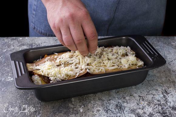 Форму для выпечки смажьте маслом и сформируйте слои, выкладывая поочередно баклажаны, мясной фарш, листы лазаньи и тертую моцареллу. Каждый слой повторите трижды. Последний посыпьте тертым сыром.