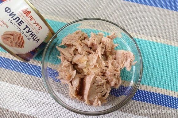 С тунца ТМ «Магуро» слить жидкость и разобрать рыбу на небольшие кусочки.