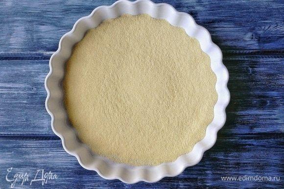 В противень, который поместится затем в холодильник, насыпаем семолину. Семолина — это та же манка, которую делают из твердых сортов пшеницы. Она отличается от обычной более насыщенным цветом. Нет семолины — возьмите манку.