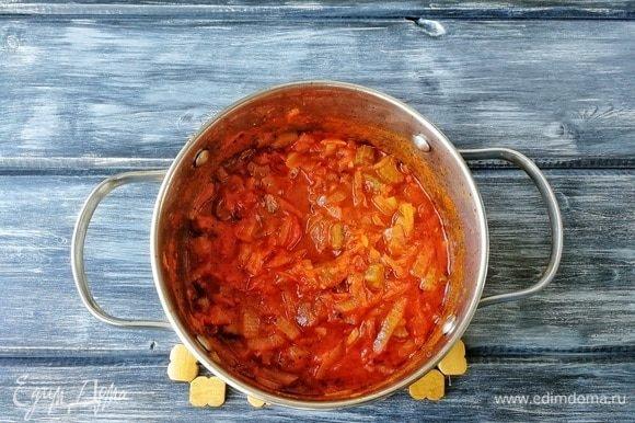 Возвращаем сотейник на плиту, даем закипеть, уменьшаем огонь до минимума и тушим минут 20–25. Овощи должны стать мягкими, а соус увариться.