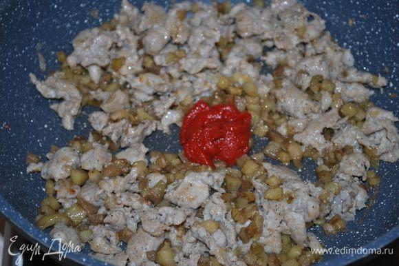 К начинке добавим томатную пасту ТМ «Помидорка», обжарим все вместе в течение 2 минут.