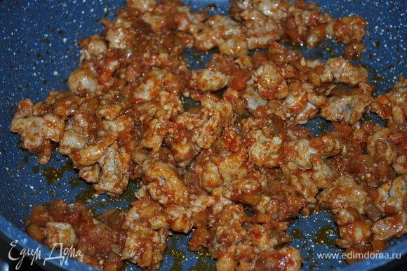 К готовой начинке добавим тимьян, черный перец, попробуем на соль.