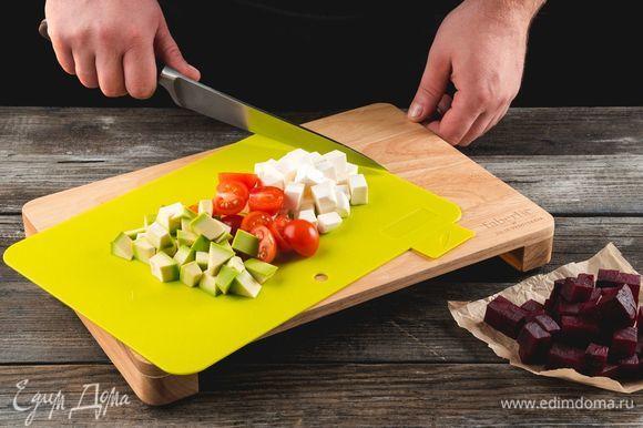 Отварите свеклу до готовности. Нарежьте помидоры, авокадо, свеклу и фету кубиком. Для нарезки используйте разделочную доску Faberlic by Julia Vysotskaya.