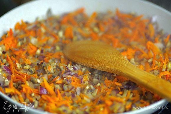 Мелко порубите шампиньоны и лук. Морковь натрите на крупной терке. Обжарьте шампиньоны на растительном масле, добавьте лук и морковь. Перемешайте и тушите до прозрачного цвета лука.