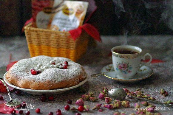 Выпекайте пирог при 190°C в течение 30 минут. Готовый пирог охладите и украсьте сверху сахарной пудрой с ванилью и кардамоном Kamis. Приятного аппетита!