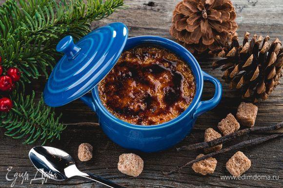Выпекайте крем-брюле в духовке при 170°C в течение 50–60 минут. Готовый десерт остудите и посыпьте коричневым сахаром перед самой подачей.