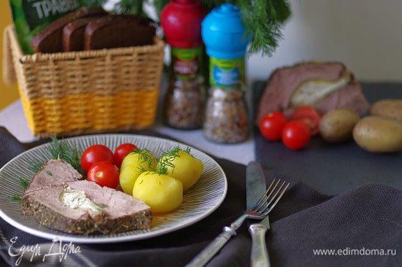Натрите мясо морской солью с травами, приправой к мясу и прованскими травами Kamis. Запеките рулет в духовке в течение 40 минут при 200°C. Подавайте говядину горячей или холодной, с картофелем и свежими овощами. Приятного аппетита!