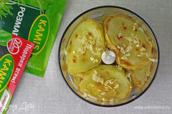 Выложите кабачки в блендер, добавьте измельченный чеснок и дайте остыть.