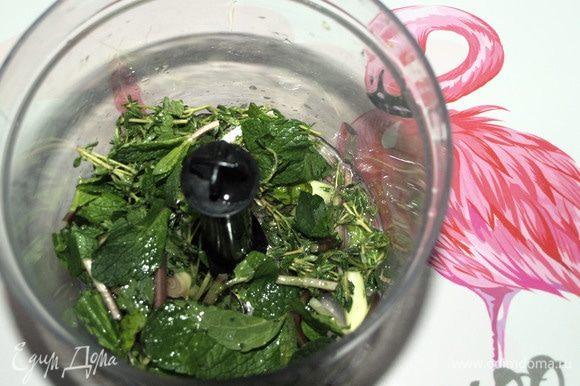 Готовим маринад. Лемонграсс, мяту, тимьян промыть под проточной водой, стряхнуть воду. Измельчить в блендере с солью, перцем, растительным маслом и соком половинки лимона.