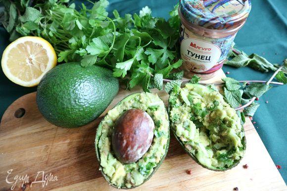 Наполнить смесью половинки авокадо, оставив в серединке каждой части незаполненное место. Положить в них поочередно косточку, немного примять. Косточку вынуть, можно ее выбросить.