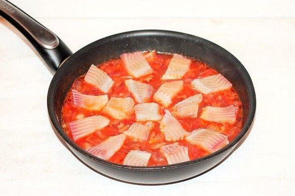 Выложить кусочки рыбы в соус, посыпать приправой, накрыть сковороду крышкой и готовить рагу на медленном огне минут 20. Добавить в рагу рубленую кинзу (по вкусу) и перемешать.
