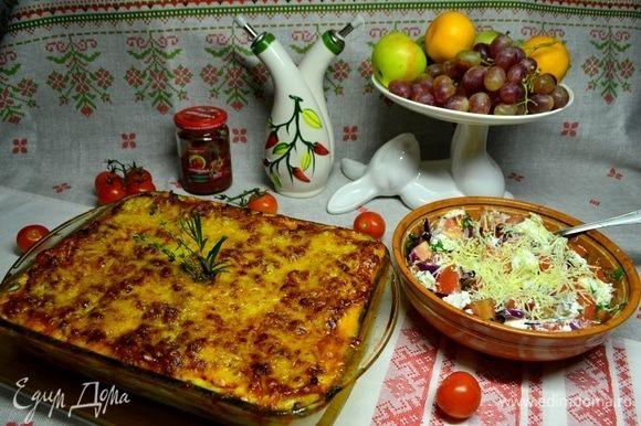 Обязательно подчеркнем наш итальянский ужин салатом из свежих помидоров с тремя видами сыра, оливковым маслом, красным луком и зеленью!