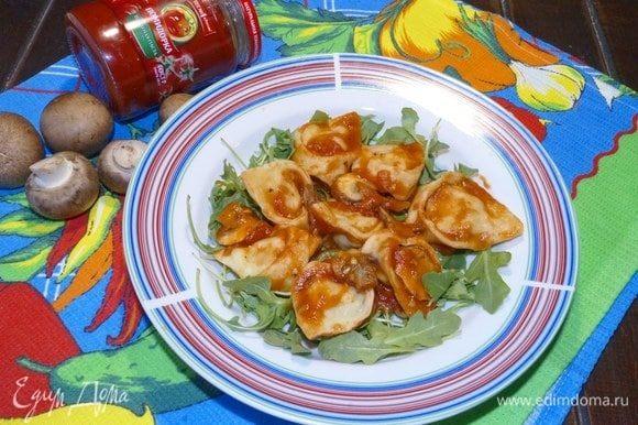 Подать тортеллини к столу с овощами или салатом. Приятного аппетита!