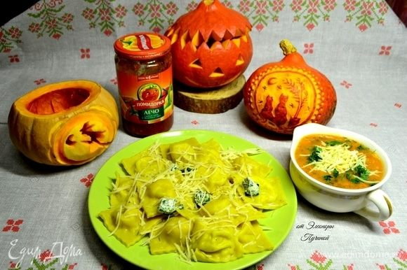 Соус подается в отдельной посуде, чтобы каждый мог добавить в равиоли желаемое количество.