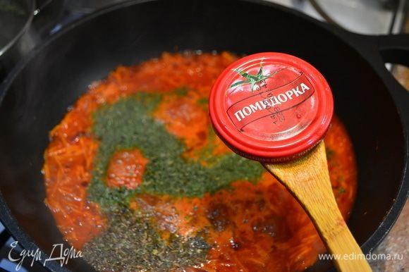 Теперь подготовим для наших равиоли и пельменей соус на основе ароматной томатной пасты ТМ «Помидорка». Обжариваем мелконарезанный лук, морковь, тертую на крупной терке. Добавляем немного воды, специи, соль, зелень, тушим минут 15. Далее вводим сливки, доводим до кипения.