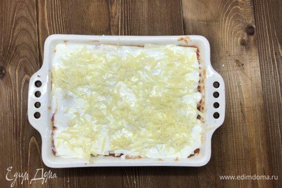 Когда все слои уложены, сверху заливаем блюдо йогуртом, взбитым с яйцом, и посыпаем оставшимся пармезаном. Отправляем в разогретую до 180–200°C духовку на 30 минут.