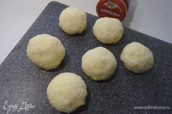 Сформировать шарики, окунуть их во взбитое яйцо и обвалять в муке или панировочных сухарях.