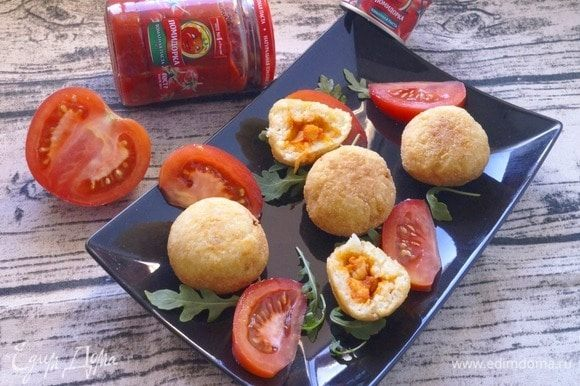 Жарить подготовленные шарики во фритюре до золотистого цвета. Готовые аранчини выложить на бумажные салфетки, чтобы стек лишний жир.