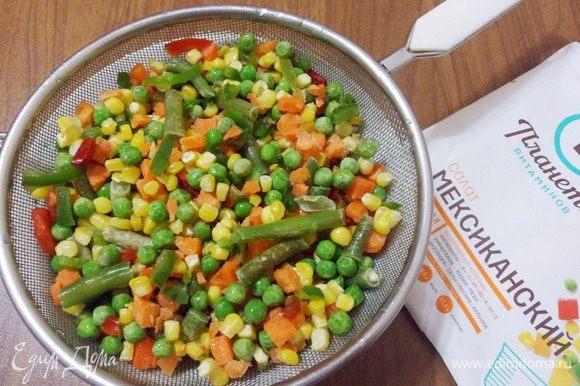 Овощную замороженную смесь ТМ «Планета витаминов» обдать теплой водой. Овощная смесь «Мексиканский салат» ТМ «Планета витаминов» содержит в своем составе стручковую фасоль, сладкий перец, морковь, сладкую кукурузу и зеленый горошек.
