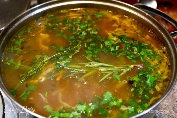 Далее добавляем соль, специи, зелень и в самом конце — тертый чеснок. Веточки тимьяна и розмарина убрать после выключения огня.