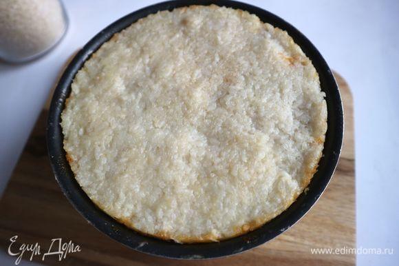 Отправить форму в духовку на 30 минут. Вынуть запеканку из духовки. Дать постоять 5 минут. Накрыть блюдом или тарелкой нужного размера, аккуратно перевернуть форму.