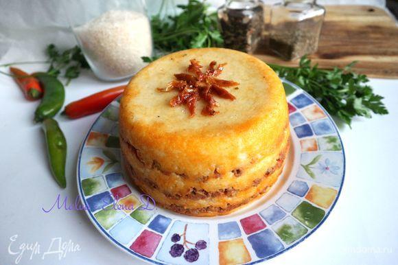 Украсить кусочками вяленого томата, можно верх немного смазать оливковым маслом из баночки с вялеными томатами для цвета.