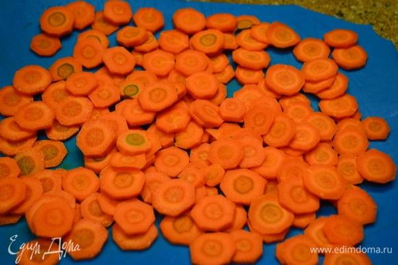 Морковь чистим, моем и нарезаем кружочками.