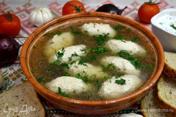 Суп подать порционно, посыпав свежей зеленью. Сметану подать в соуснике с порубленной зеленью и по желанию с чесноком.