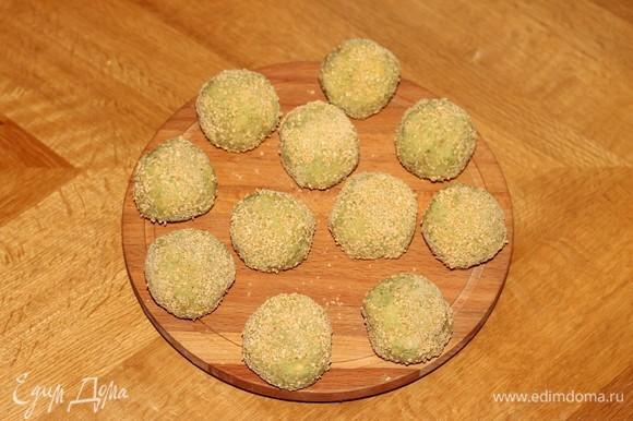 Формируем фрикадельки размером с грецкий орех (11–12 шт.) и обваливаем в панировочных сухарях.