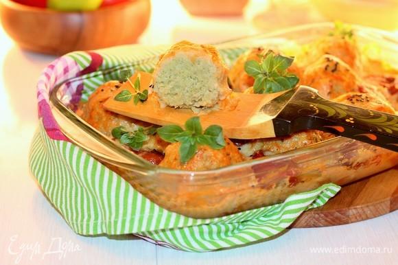 Посыпаем блюдо листиками базилика и подаем. Приятного аппетита!