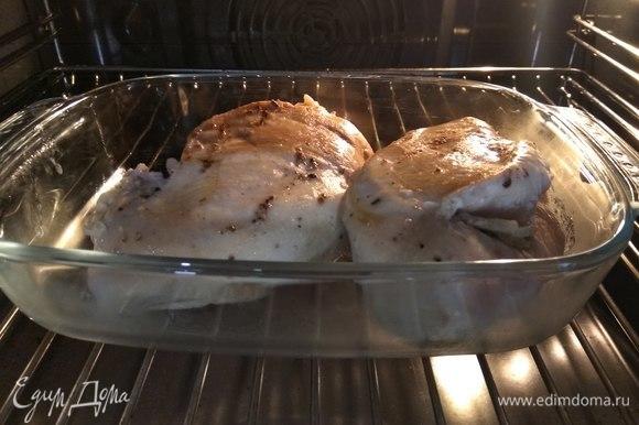После обжарки отправляем грудки в духовку (отлично, если на режим конвекции) и запекаем 10 минут.