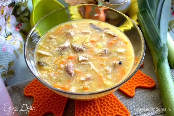 Суп самодостаточный, сметана не требуется, но если без нее никак, то добавьте.