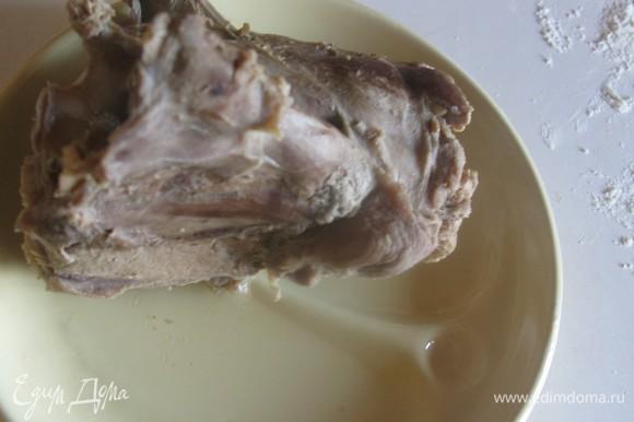 Я использовала индюшачьи шеи — их плюс в том, что они очень наваристые для заливногого, но не жирные. Желатин природный находится именно в костях и хрящах. Разбираем мясо и раскладываем по порциям.