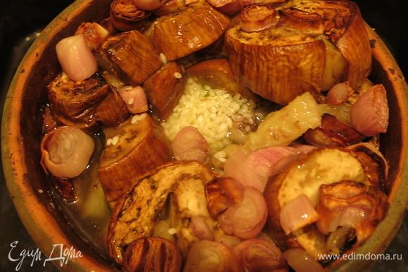 Достаем горшок и делаем отверстие между мясом и луком. Засыпаем промытый рис посередине, в отверстие.