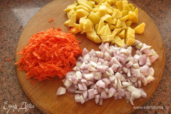 Нарезаем лук, картофель и натираем морковь.