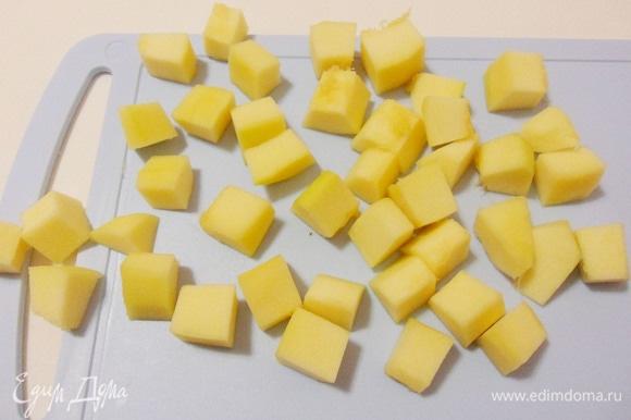 Кабачок очистить от кожуры и семян и нарезать кубиками покрупнее.